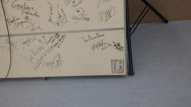 いつもタカミネの工場に行くと、通る場所にタカミネと繋がりがある国内外の音楽家が書いたサインボードがあるのですが、僕のサインもちゃっかり(笑)冷やし中華はじめました!は、あのお笑い芸人雨宮さんです(笑)