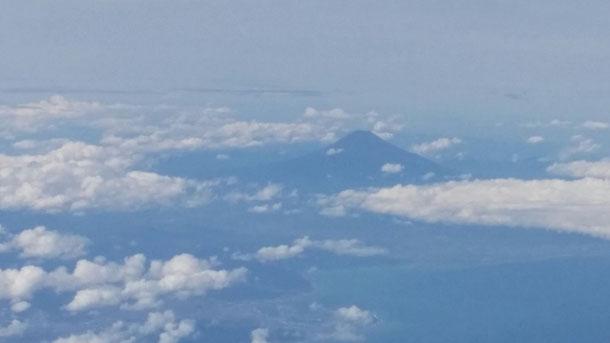 大雨の中羽田空港行きの飛行機は無事飛び、関東に向かいます!僕の今回の席は左の羽側!関東に近づくと、富士山が見えてきました!天気が良いからしっかり見えます☆