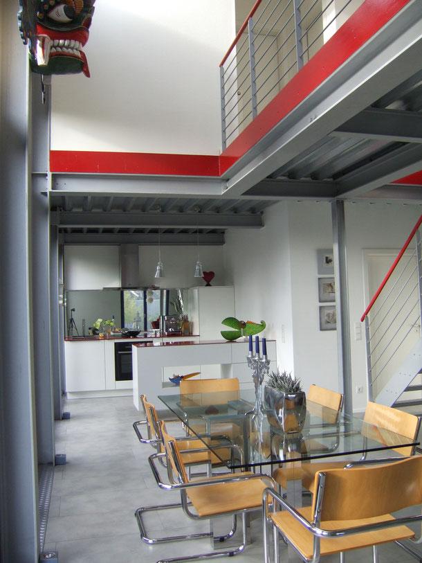 Offenes Wohnen - die Stahlbrücke verbindet den Schlaftrakt mit Bad nebst Homeoffice