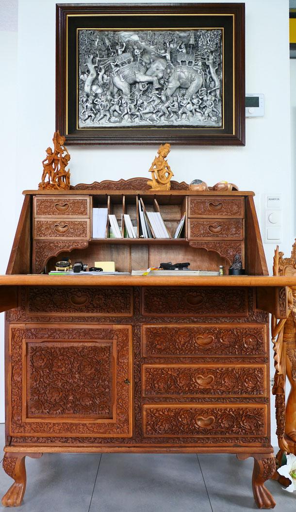 Aufwändige Schnitzkunst aus Bali und ein Aluminium-Panel aus Chiang Mai