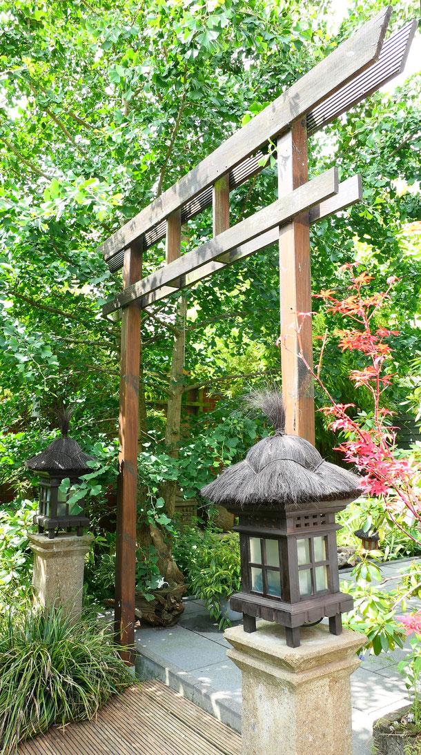 Eingangstor zur Steinterrasse mit zwei typisch balinesischen Garten-Laternen