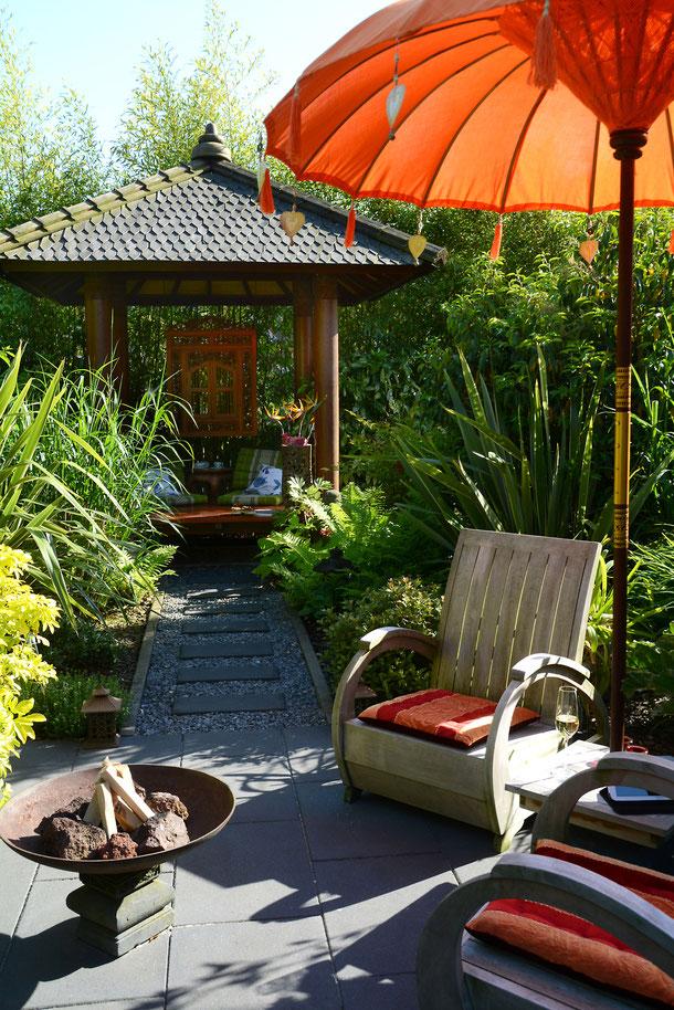 Relaxen im Bali-Pavillon oder vor dem Tempeltor - der Garten bietet viele Sitzoptionen