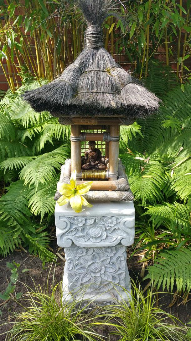 kleiner Messingbuddha im selbst kreierten Bali-Opferschrein