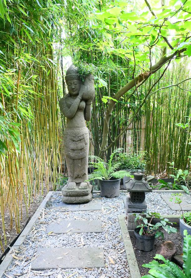 entlang des Weges gibt es eine stehende Dewi-Sri mit Steinpflanze zu entdecken