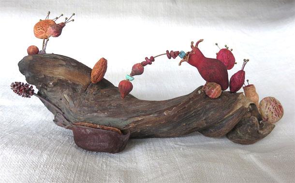 """Françoise Trotabas - """"embarcation poétique"""" sculpture: graines, bois flotté, grenade"""