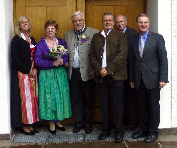 Nach der Segnungsfeier (05/13): Gabi, das silberne Hochzeitspaar, Axel, Organist, Pfarrer