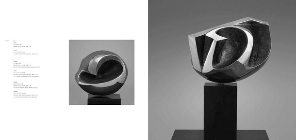 Jean-Pierre GHYSELS, sculpture coque 12 x 14 x 11 cm bronze poli et patiné, 1968, 7 ex. collection claude zentkowski, bruxelles (5/7) — sculpture pavane 32,5 x 21,5 x 17 cm bronze poli et patiné, 1968, 5 ex. collection fabienne kriwin, bruxelles (2/5)
