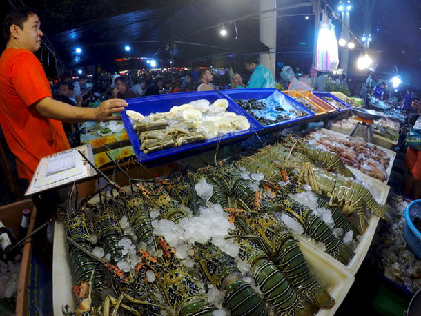 Лобстеры на тайском ночном рынке