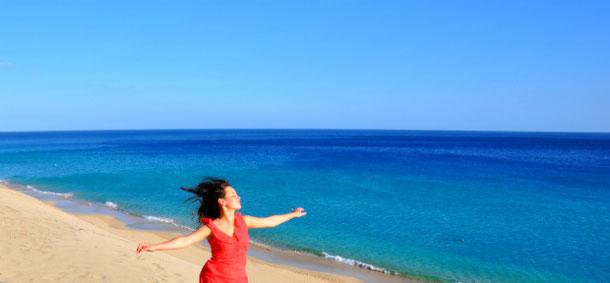 великолепный пляж с белым песком на Канарском острове Фуэртевентура