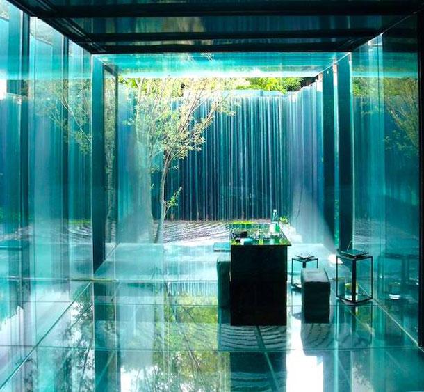 стеклянная комната в концептуальном отеле возле Барселоны