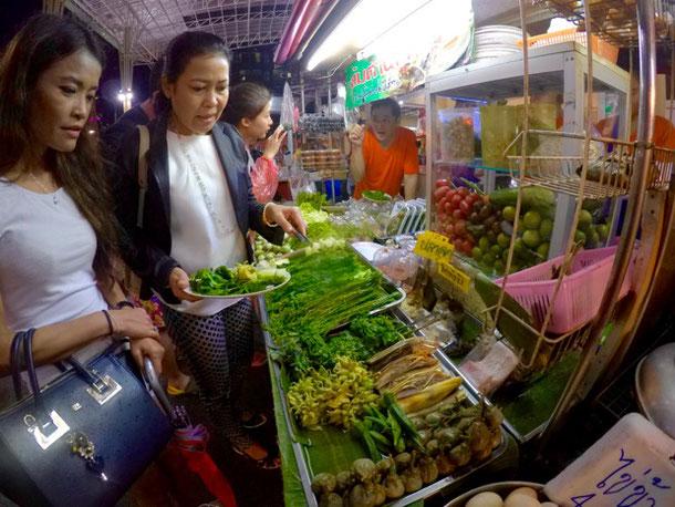 Тайская уличная еда - стенд, популярный у местных жителей