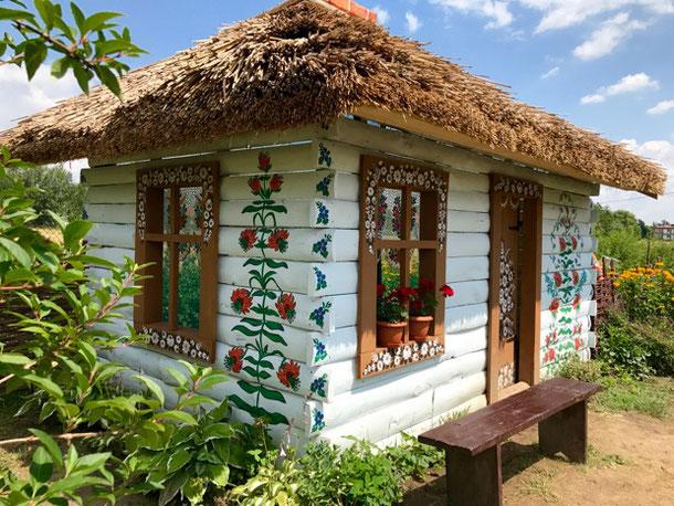 Очаровательный раскрашенный домик в деревне Залипье