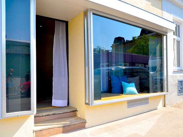 уникальный отель в витрине магазина в Вене