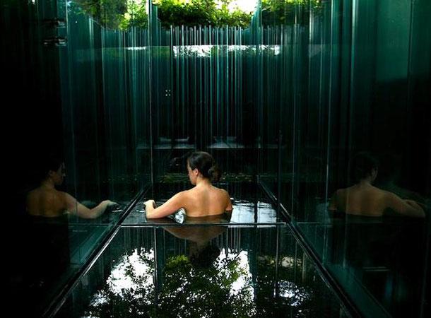 необычный отель возле Барселоны со стеклянным бассейном