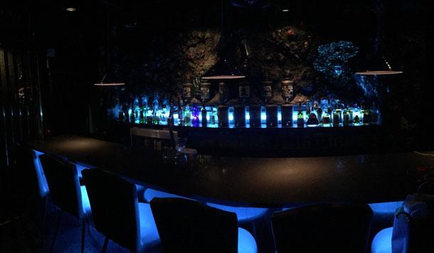 名古屋バーMembersBarJUKE|20mあるカウンターと青で統一されたお洒落な店内照明