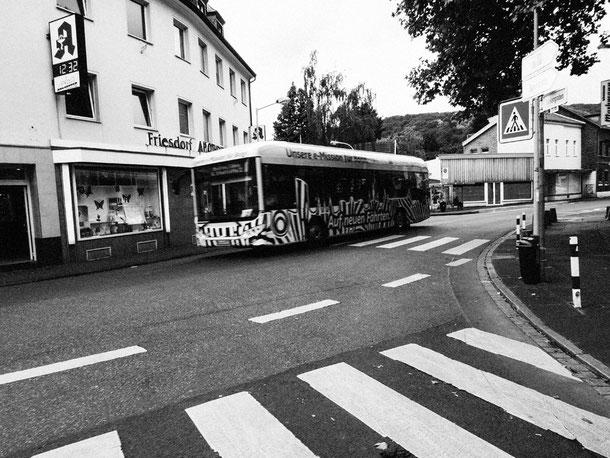 Bonn, Friesdorf, Buss, Zebralook, viele Streifen, monocrome, schwarz-weiss, Schwarzweissfotografie, kreative Fotografie, Fototipps, La Bonn heure,