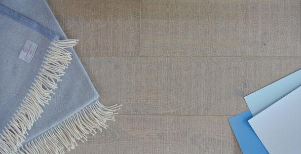 Kombinationsempfehlung Schurwolldecke, Parkett Diele grau-braun-weiß