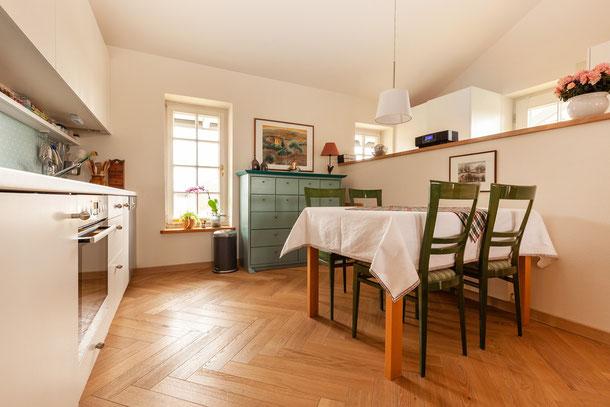 Rustikale Küche mit hellem Fischgrätparkett von S. Fischbacher Living, Eiche strukturiert