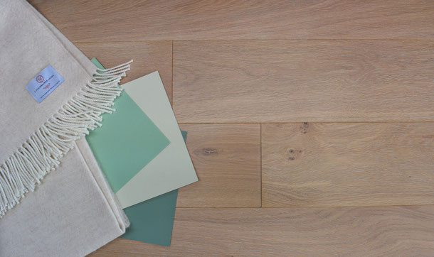 Kombinationsempfehlung Schurwolldecke beige-weiß, Parkett Diele hellbraun mit grün