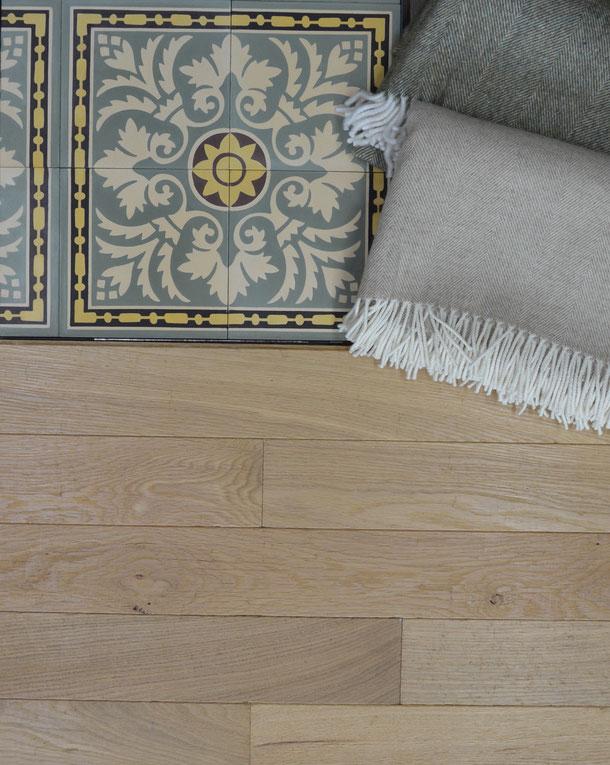 Kombination Zementfliese N° 51026 mit Eichenparkett Diele und Schurwolldecke grau, braun