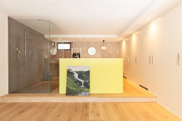 Badezimmer mit Nassbereich mit Holzfußboden Eiche Clear White von S. Fischbacher Living