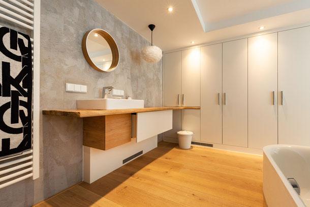 Waschbereich im Bad mit Schlossdielen Eiche Mehrschicht Sägerau von S. Fischbacher Living