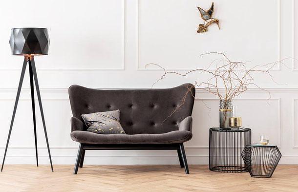 Fotoshooting Kare auf Fischgrätparkett, Couch, Holzwand, helle Eiche Massivholz
