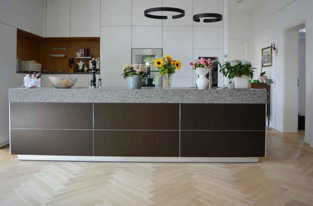 Moderner Küchenblock mit hellem Fischgrät Parkett von S. Fischbacher Living, Eiche
