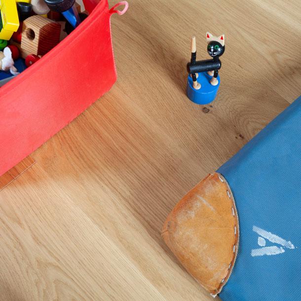 Nahansicht Parkett Eiche massiv im Kinderzimmer, Allergiker geeignet, öl, geölt, natur