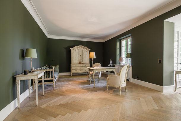 Weiße moderne Sockelleiste in klassischem Wohnraum