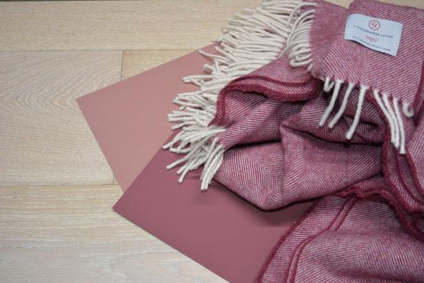 Kombinationsempfehlung heller Holzboden mit Schurwolldecke bordeaux und den Farben weiß und rosa