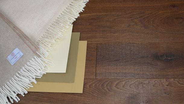 Kombinationsempfehlung dunkelbrauner Parkett Boden mit hellen Schurwolldecken und den Farben beige und braun