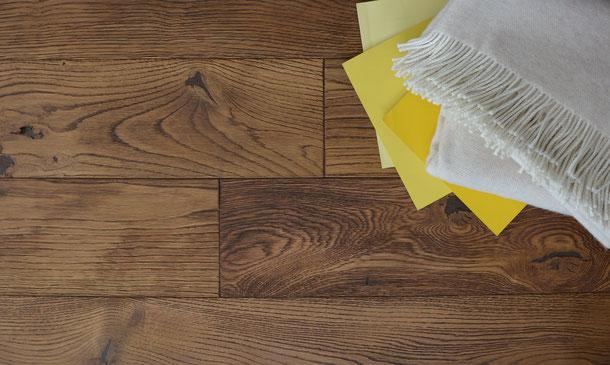 Kombination Wirtshausboden mit gelben Farbakzenten,und Schurwolldecke in grau-beige