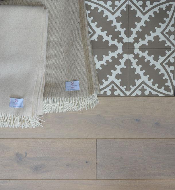 Kombinationsempfehlung Eichenparkett, Schurwolldecke, Via Zementfliese in braun-beige