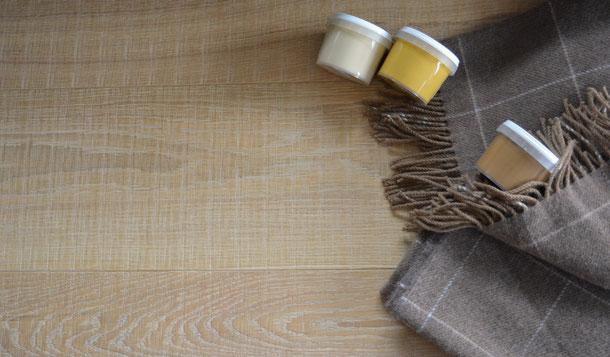 Kombinationsempfehlung Schurwolldecke kariert grau und Parkettdiele braun mit gelb