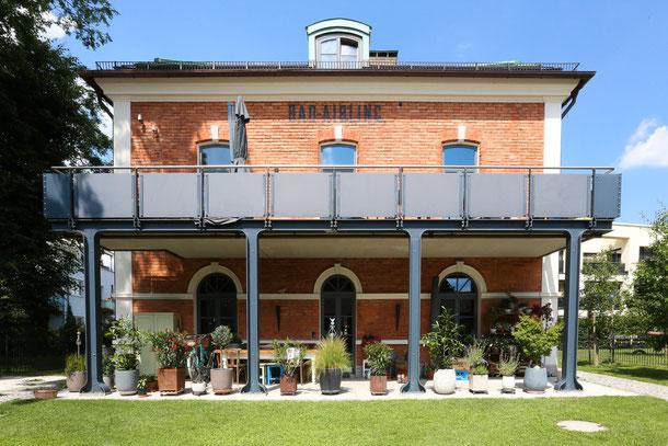 """Außenansicht historisches Bahnhofsgebäude, ausgestattet mit Vintage Eichendielen """"Loft"""" von S. Fischbacher Living"""