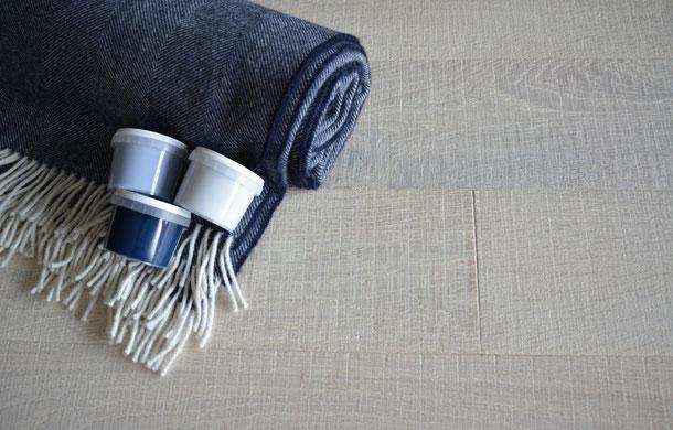 Kombinationsempfehlung Schurwolldecke blau mit hellem Eichenparkett und blauer Farbe