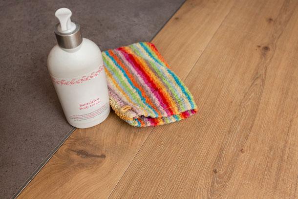 Übergang Badezimmer zum Nassbereich mit Holzfußboden Eiche Clear White von S. Fischbacher Living