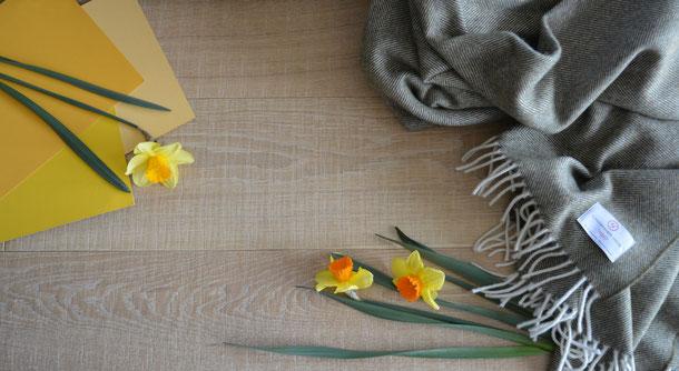 Kombinationsempfehlung Schurwolldecke grün mit Parkett beige-braun und gelber Farbe