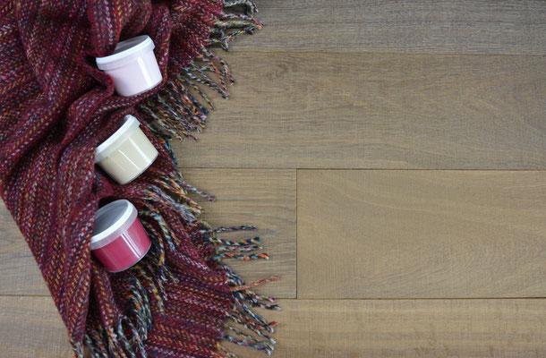 Kombinationsempfehlung Schurwolldecke braun-rot mit Parkett Diele und roter Lehmfarbe