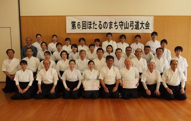 弓道場開設を記念して始まった『ほたるのまち守山弓道大会』は県内各地からの参加者150人以上という大規模 な競技会ですが、この写真は第6回大会で選手・役員として活躍した会員の皆さんです。