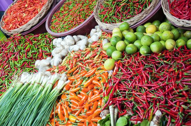 Zutaten für den Kochkurs in Thailand auf einem thailändischen Markt kaufen