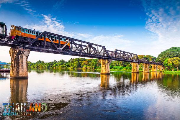 Brücke am River Kwai ist eine beliebte Sehenswürdigkeit auf eine Thailandreise