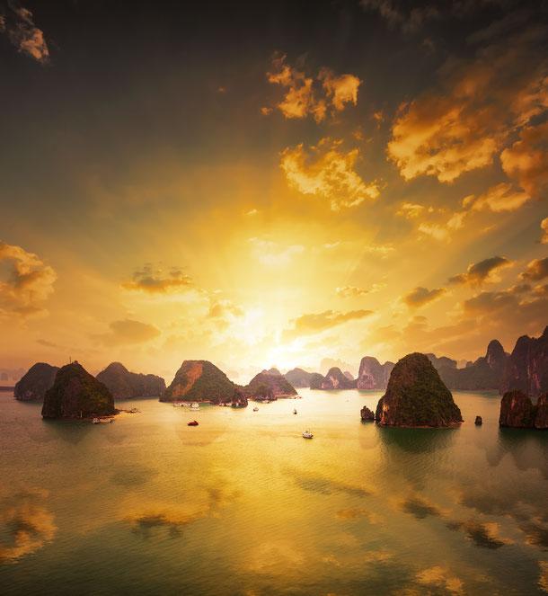 Sonnenuntergang über den Inseln der Halong Bucht