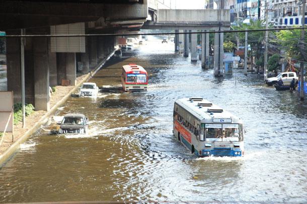 Bangkok 2011: Die Straßen sind massiv überflutet