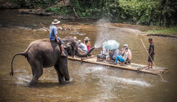 Floßfahrt auf der drei-wöchigen, günstigen Thailand-Rundreise.