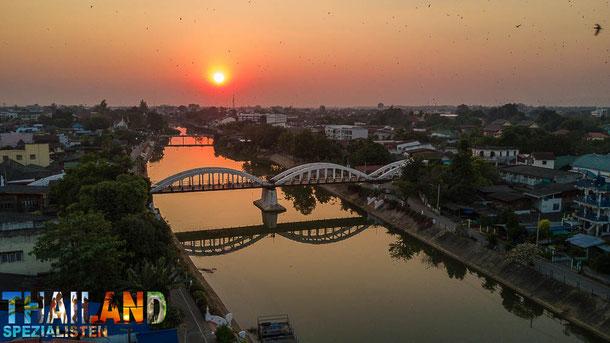 Die Ratsadapisek-Brücke am Fluss Wang