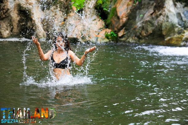 Thai Frau im Bikini im Wasserfall Thailand