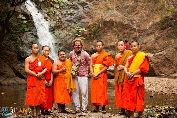 Unser Fotograf Michael mit 6 Mönchen am Wasserfall