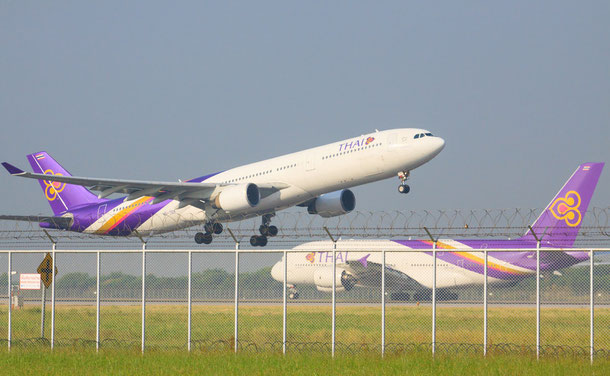 Thai Airways Flugzeuge bei Start und Landung am Airport BKK